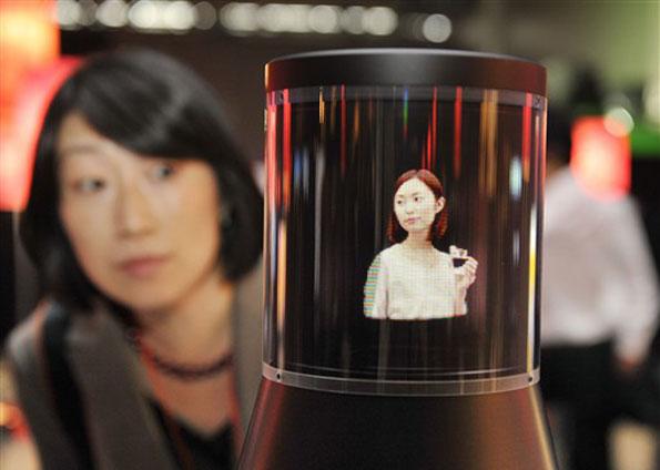 Protótipo foi apresentado nesta quinta-feira (22), em Tóquio, no evento Digital Contents Expo. Eletrônico exibe imagens coloridas, em 3D, em 360º. Segundo a empresa, novidade sem data para lançamento pode ser usada para sinalização digital em eventos, por exemplo.
